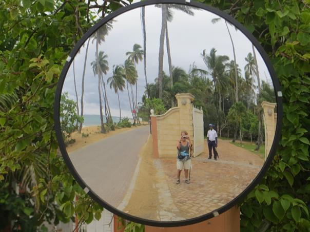 El espejo refleja la propiedad vigilada por un guachimán