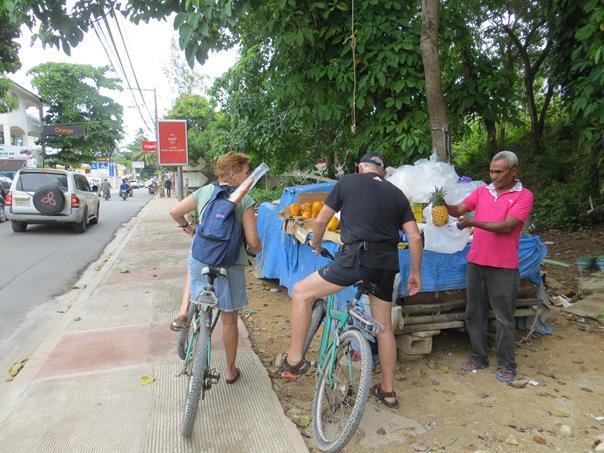 Comprando fruta desde la bicicleta