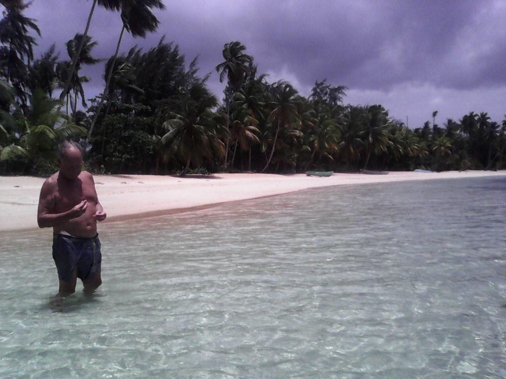 El buscador de conchas, caracolas y trozos de coral