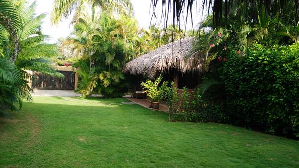 Un bungalow rodeado de jardín