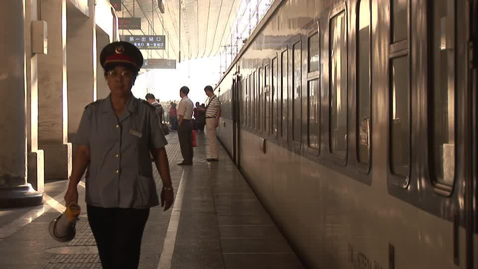 El tren iba lleno, éramos los únicos occidentales, por suerte una mujer uniformada nos acompañó hasta nuestro compartimento de cuatro literas,