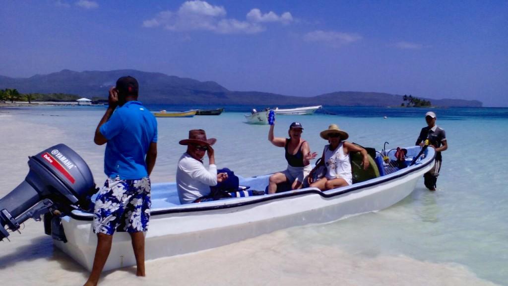En lancha motora tardamos 25 minutos para llegar hasta la playa, navegando a lo largo de la costa rocosa de una extraordinaria belleza