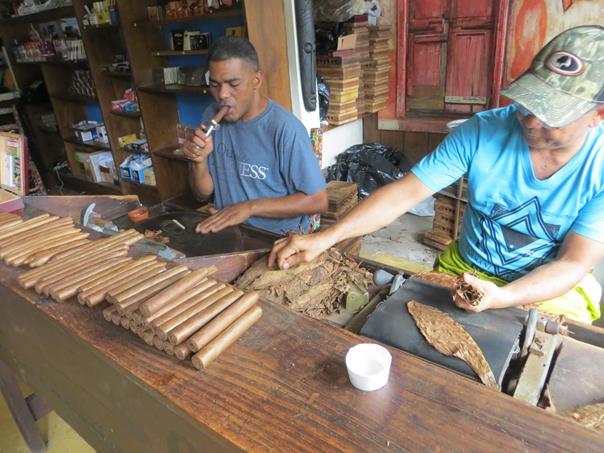 Los artesanos trabajan fumando