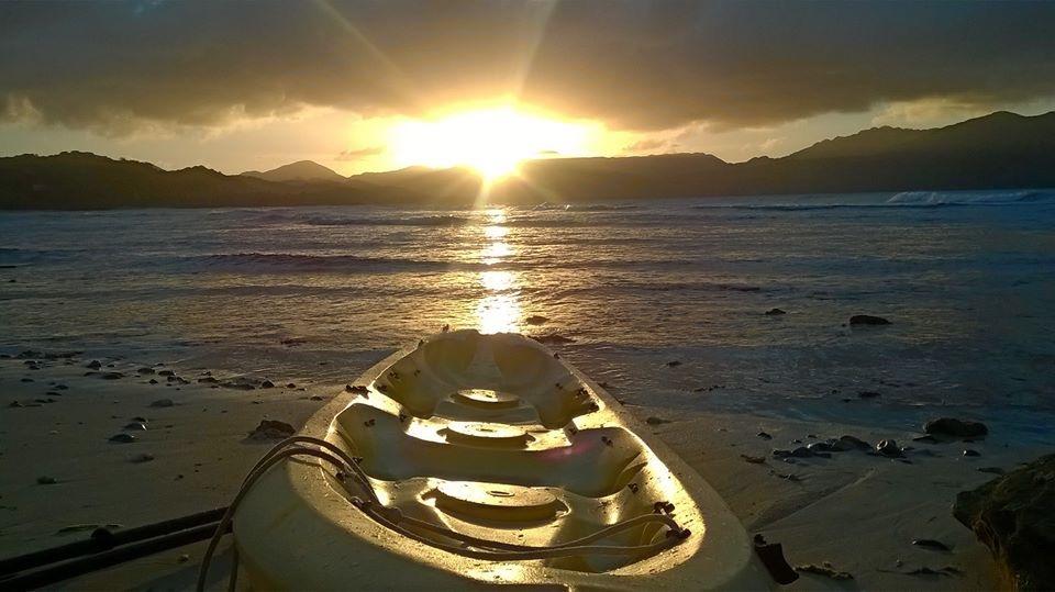 remando en piragua antes de la puesta de sol