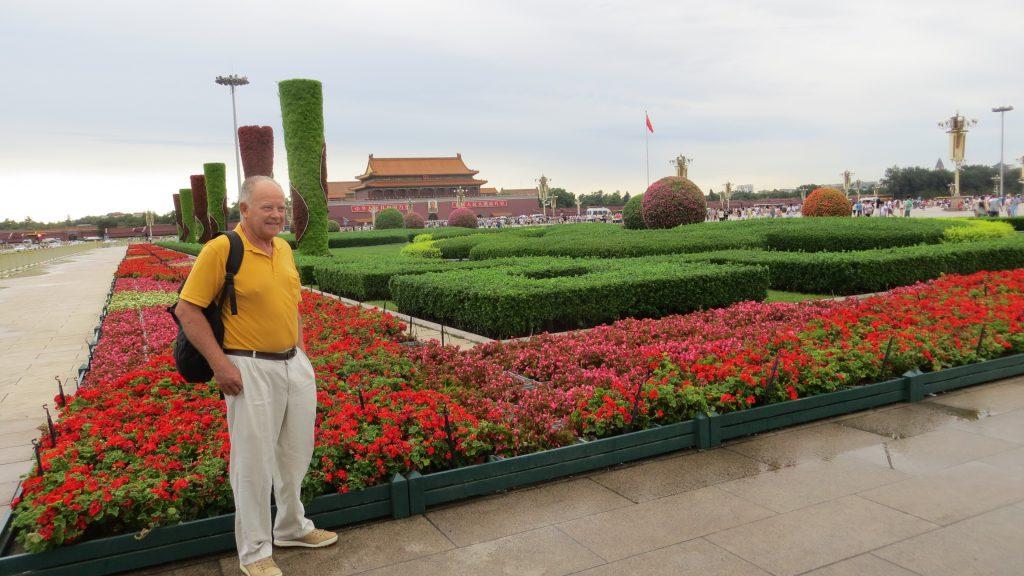 """A la izq. del retrato de Mao, reza: """"Larga vida a la República popular China"""" y el de la derecha: """"Larga vida a la unidad de los pueblos del mundo"""""""