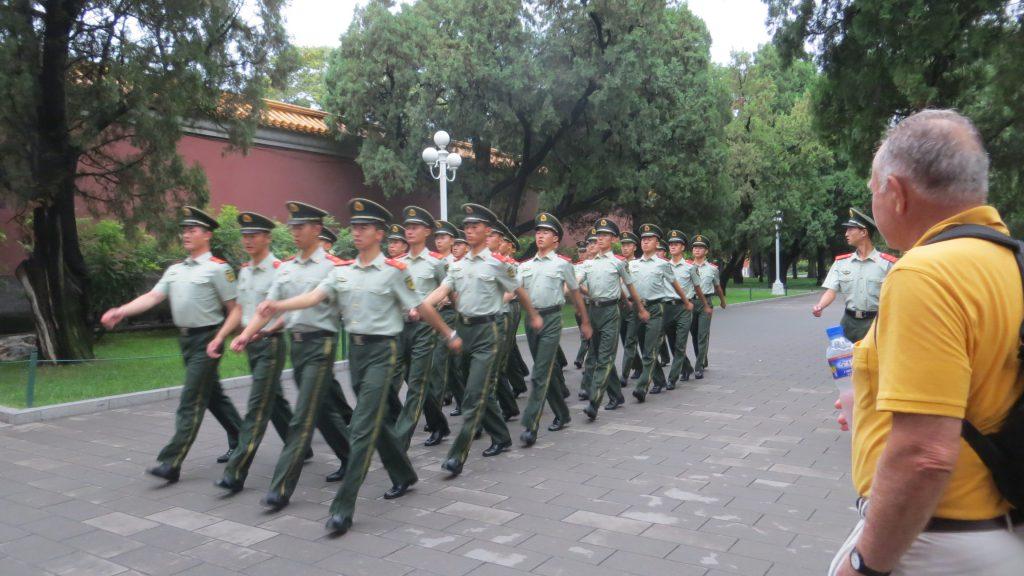 Madrugamos para ver el izado de la bandera, por un grupo de soldados del ejército de la Liberación,(108 pasos por minuto