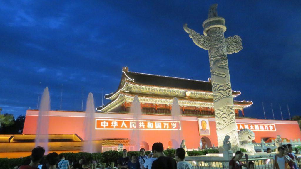 De noche paseamos por la plaza de Tiananmen, por lo visto a todas horas hay ambiente, y es que es un punto de encuentro y un emblema de la ciudad