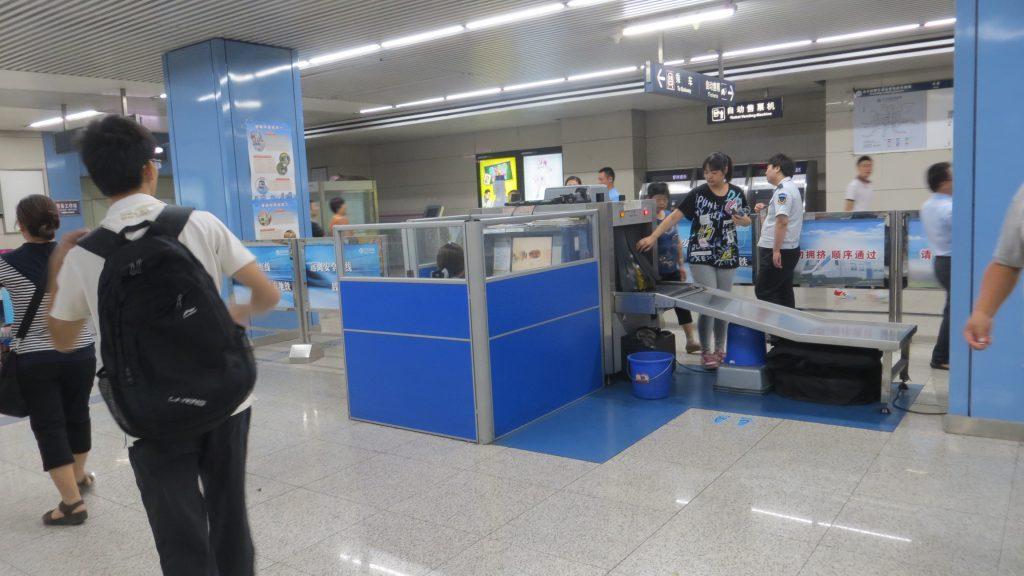 Llama la atención del turista que haya escanner en todas las estaciones