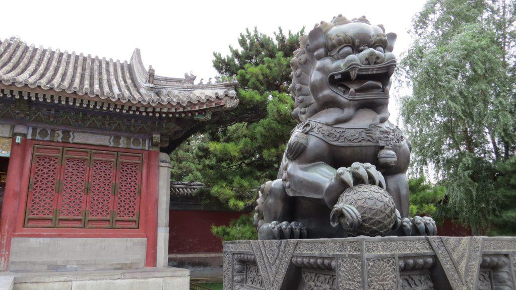 la pareja de leones chinos guardando la entrada