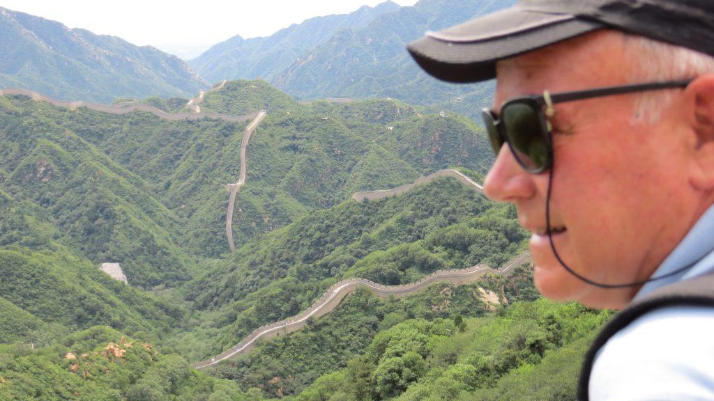 Sobrecoge ver a distancia como la muralla se va dibujando sobre la topografía del terreno, alineándose con las montañas.