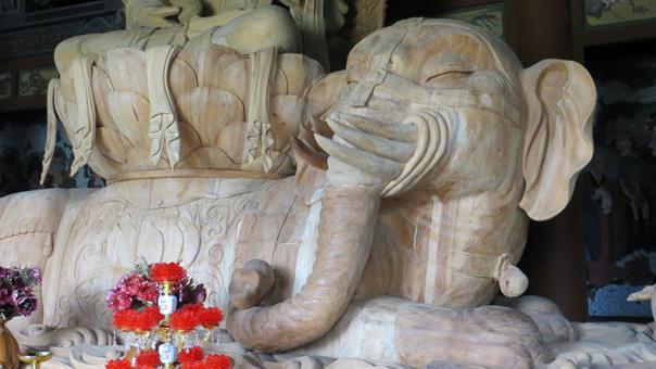las esculturas de madera de su interior nos ofrecen la posibilidad de observar de cerca el detalle del tallado de las mismas ,elaboradas de