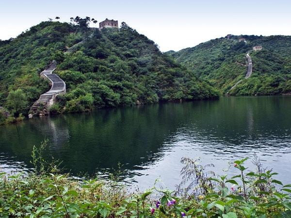 """Una parte se encuentra sumergida bajo la superficie del agua de una presa, (ideal para amantes del buceo) . Hay mucha menos gente porque son pocos los turistas (apenas ninguno de """"conmasde70"""") que deciden aventurarse por su irregular terreno."""