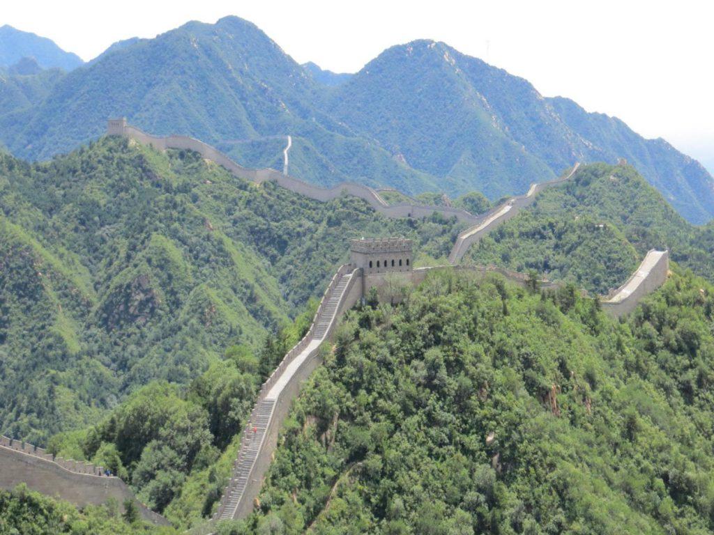 Merece la pena el esfuerzo ya que la recompensa está garantizada al contemplar la panorámica de las montañas infinitas y los kms de muralla que las recorren serpenteando.