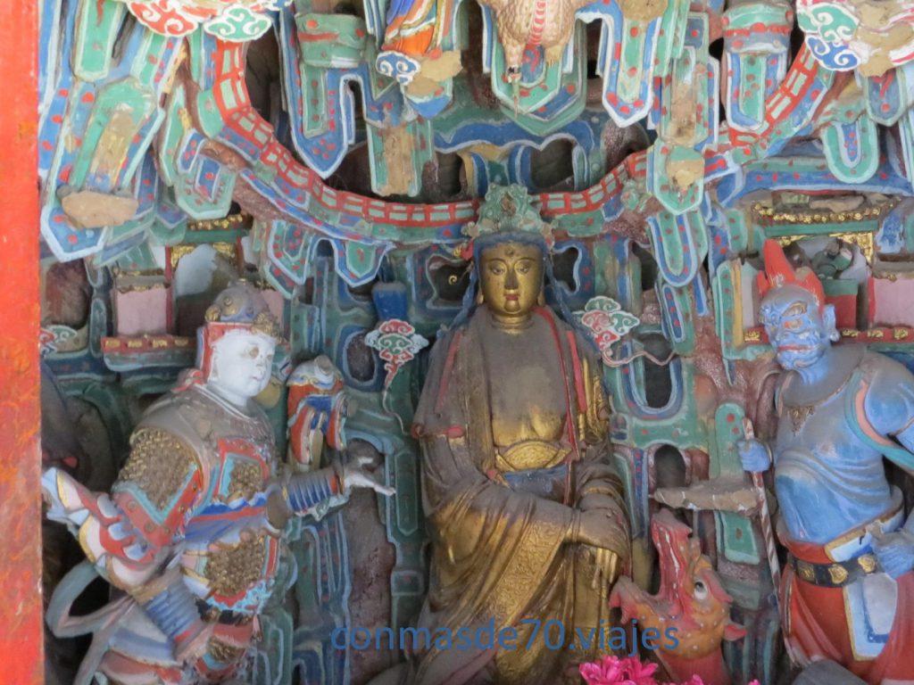 En una de las habitaciones se veneran imágenes de Confucio, Buda y Lao-Tsé talladas en bronce, hierro y piedra. Demostrando que el templo no conoce la pugna de credos
