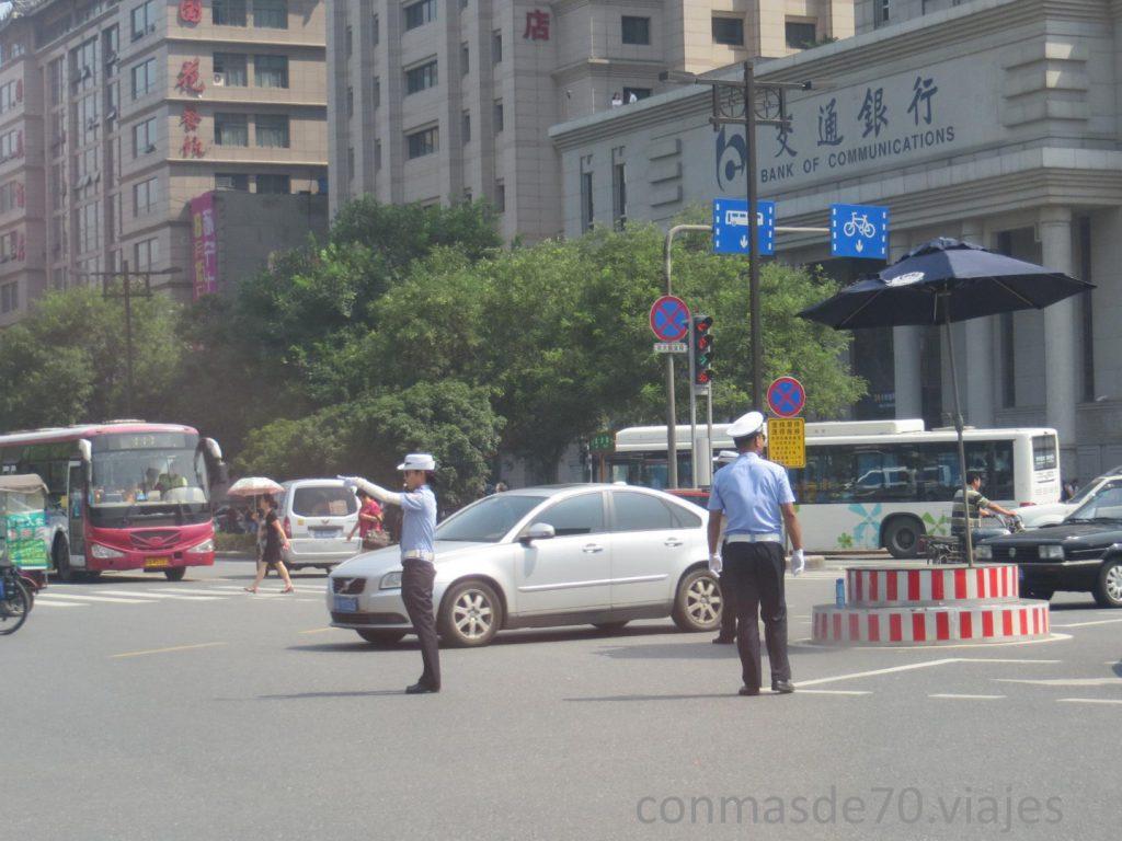 Una ciudad con mucho circulación debe tener mucho orden, semáforos y agentes de tráfico