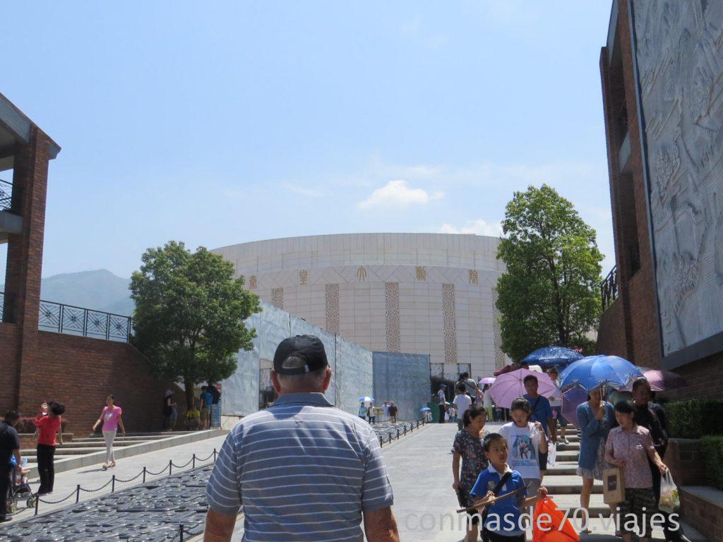 El recinto de acceso a los Guerreros de Terracota es un complejo enorme de grandes cantidades de cemento convertidas en un colosal parque tem´ñatico , que está preparado para la llegada de millones de turistas,