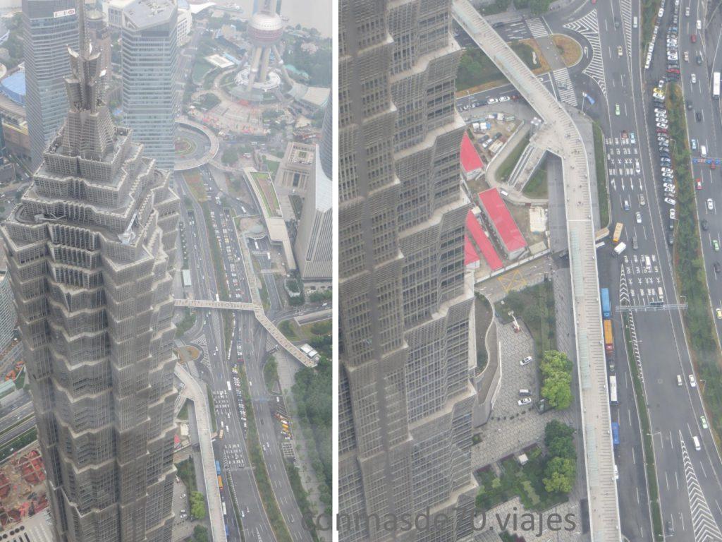 Torre Jin Mao Con sus 88 niveles, ha conseguido ser un rascacielos distintivo ubicado en el área del Pudong. Su forma postmoderna, con base en la arquitectura tradicional china, contiene oficinas y el hotel Shanghai Grand Hyatt