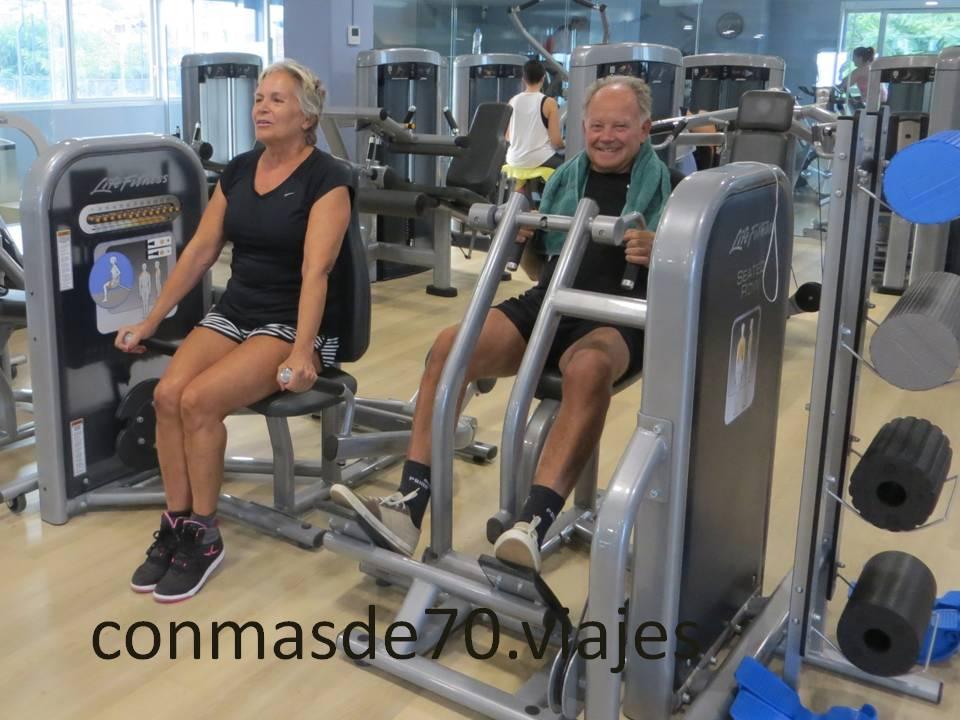 lo ideal es hacer máquinas de fitness con instructor, al menos al principio para hacer los ejercicios adecuados y fortalecer brazos y piernas (habrá que usar muletas al principio)