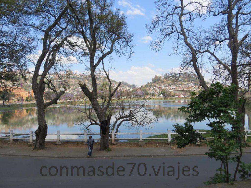 Pasear por el sur de la ciudad, detenerse junto al lago Anosy viendo las jacarandas cubiertas de flores, es una buena elección para descansar