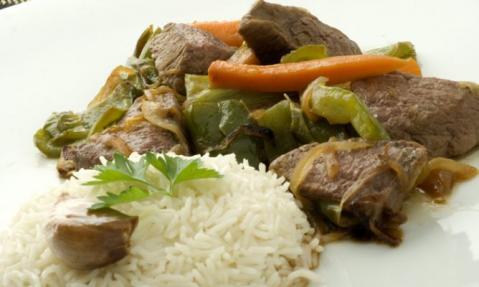 Vegetales y arroz con buey (generalmente la parte del cuello), en las zonas del interior, y...
