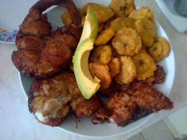 Pescado frito con patacones, papas o ensalada en la costa